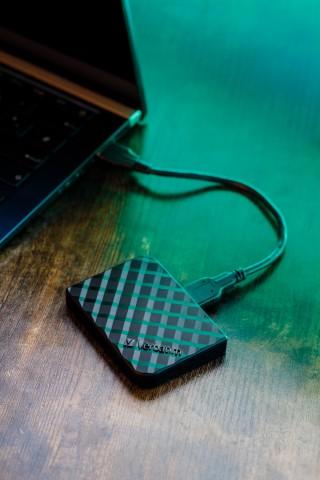 Verbatim Store 'n' Go Mini SSD_53236_53237_Lifestyle 5.jpg